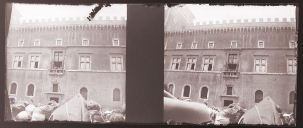 Mussolini al balcone di Palazzo Venezia ed il dito del fotografo a destra